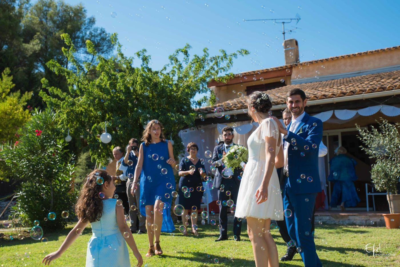 Photo vin d'honneur - accueil des mariés avec des bulles de savon - reportage de mariage gap