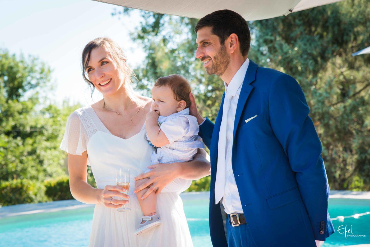 Les mariés portent un toast - reportage de mariage gap et hautes alpes