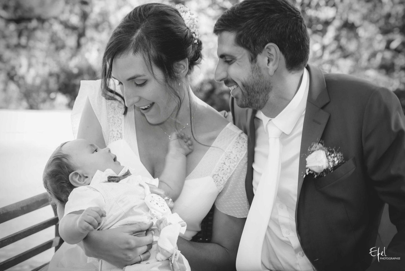 Les mariés et leur bébé pendant le vin d'honneur - mariage hautes alpes