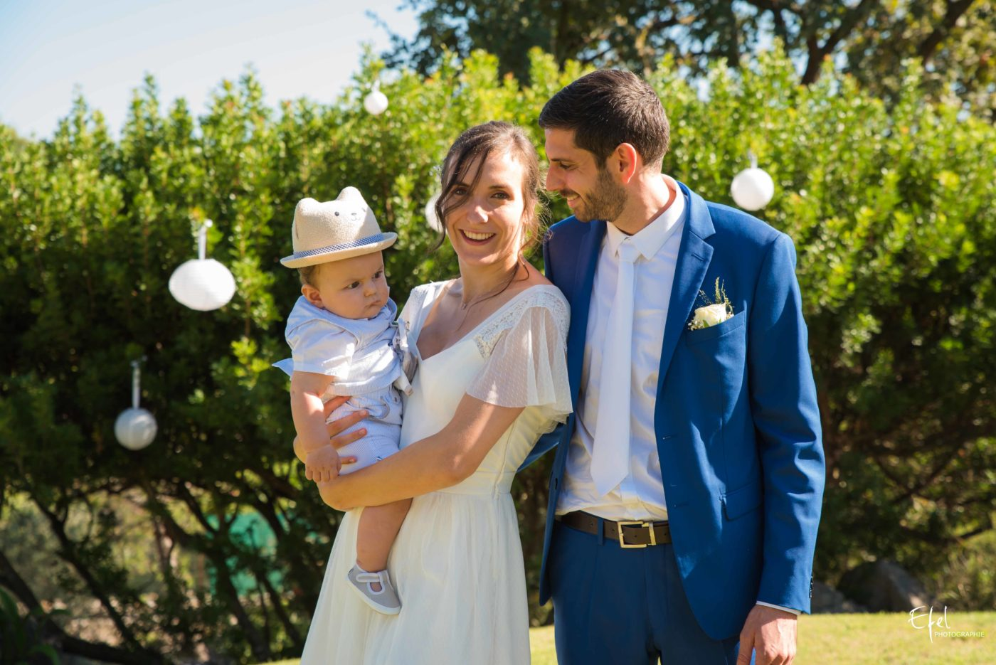 séance photo des mariés et leur bébé au moment du vin d'honneur - mariage gap - mariage hautes alpes - mariage alpes-maritimes