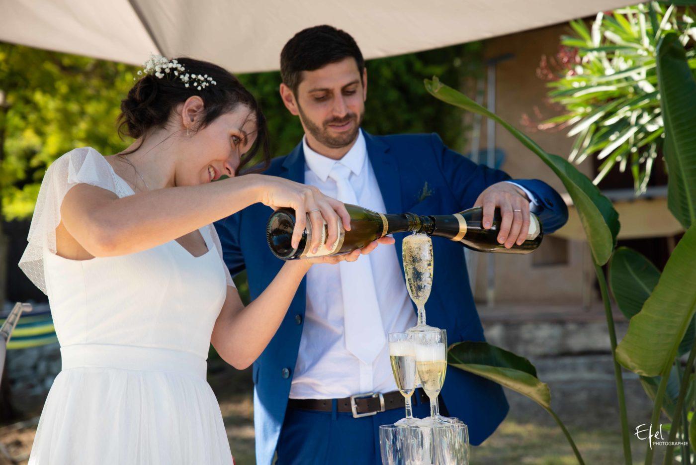 Les mariés servent le champagne pendant le vin d'honneur - photographe de mariage à Gap, dans les Hautes Alpes - dans les Alpes Maritimes et en région PACA