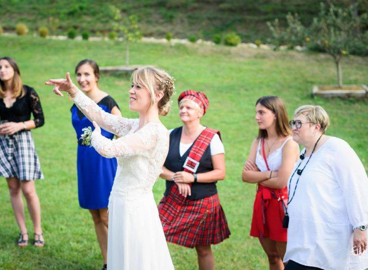 Mariée qui organise le jeu du ruban mariage gap