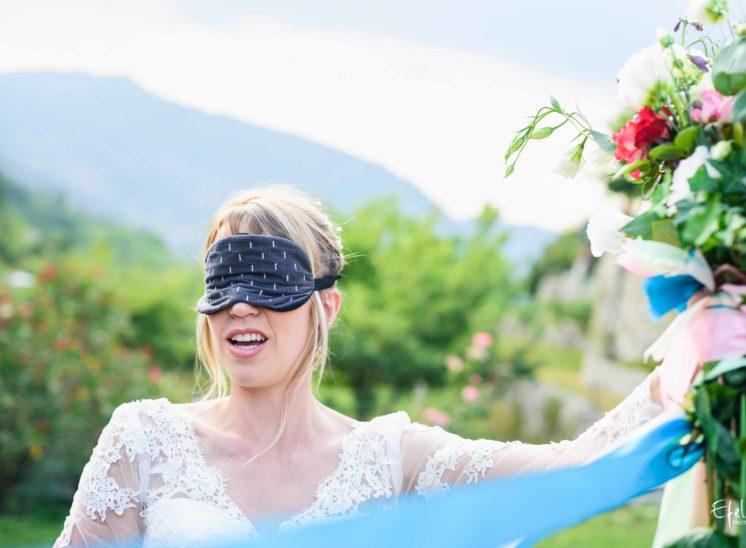 la mariée a les yeux masqués pour le jeu du ruban - mariage gap