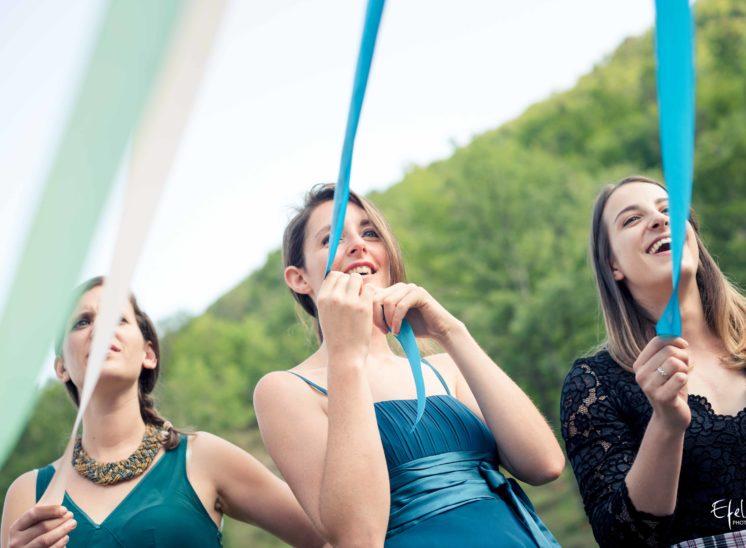 Pour le jeu du bouquet, chaque femme tient un ruban différent accroché au bouquet - mariage gap