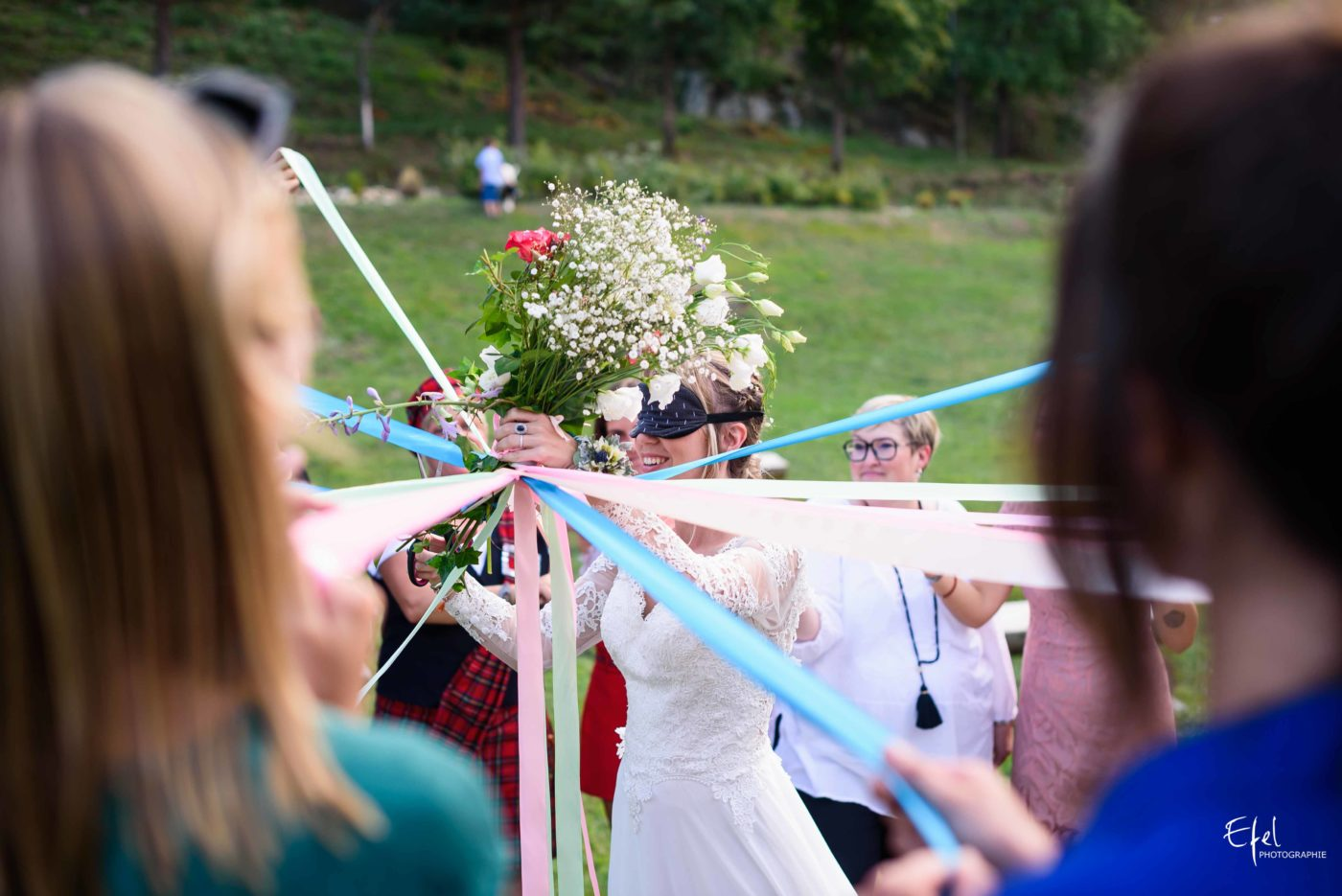 jeu du ruban - photographe mariage hautes alpes