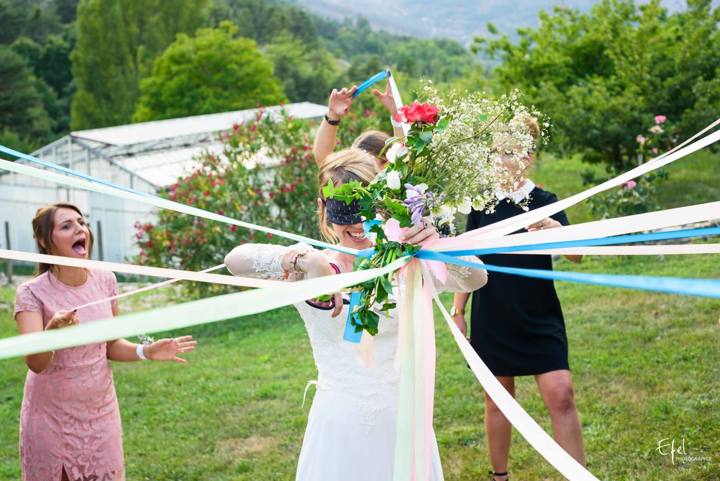 la mariée coupe les rubans au jeu du ruban - photographe mariage gap