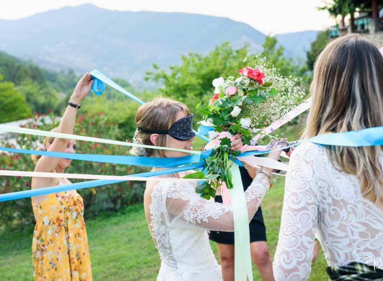 La mariée coupe les rubans au jeu du bouquet reportage mariage gap