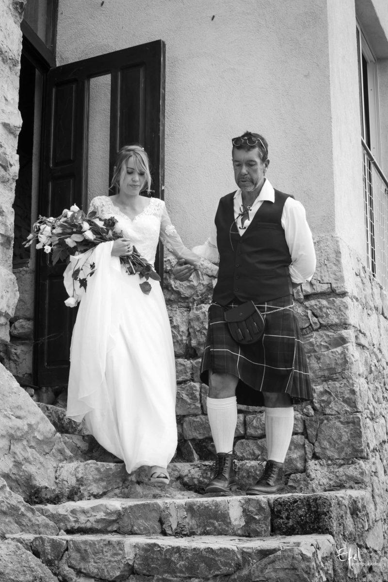entrée de la mariée au bras de son papa photographe mariage hautes alpes