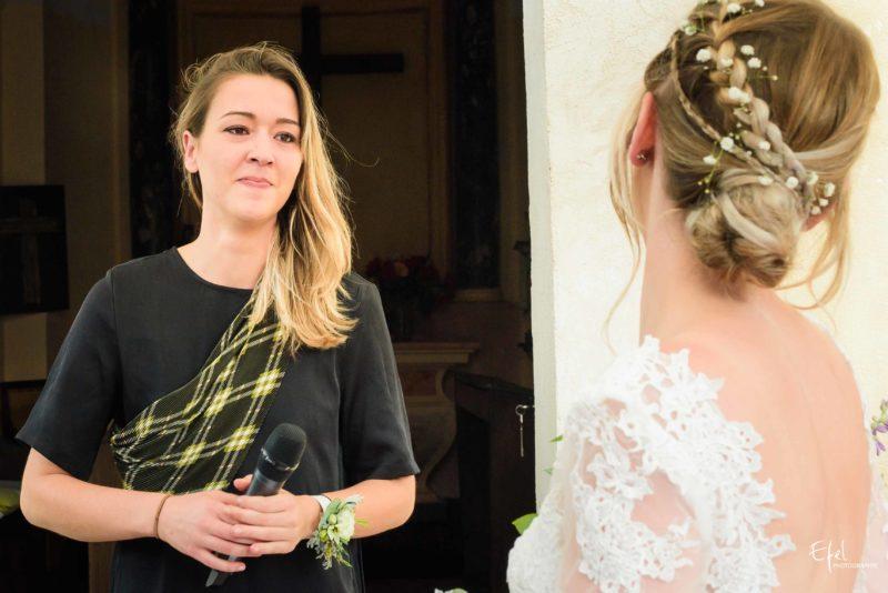 montée d'émotion pendant la cérémonie de mariage pour l'officiante photographe mariage briançon