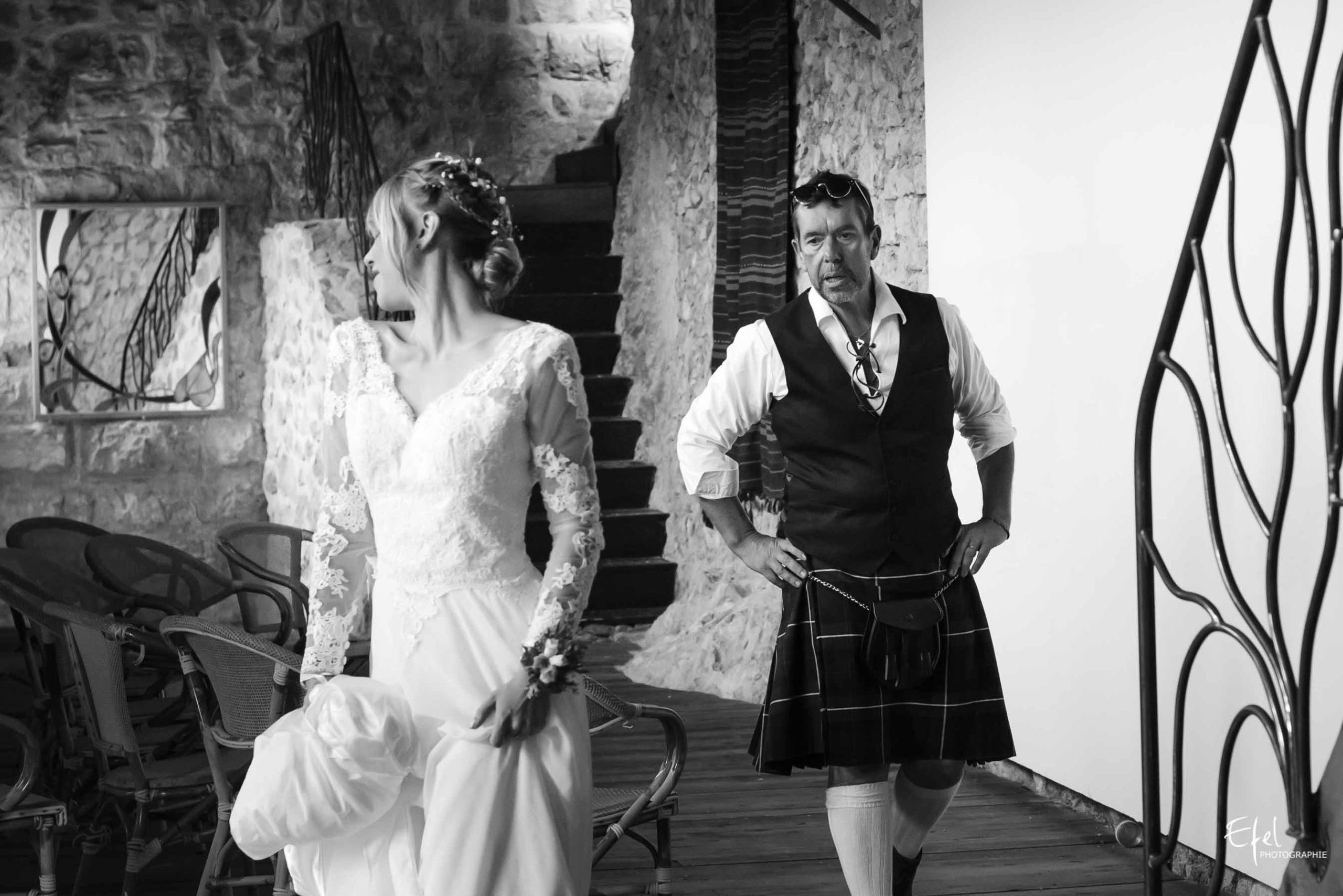 Le père de la mariée découvre sa fille en robe de mariage - mariage original en kilt à entrevaux
