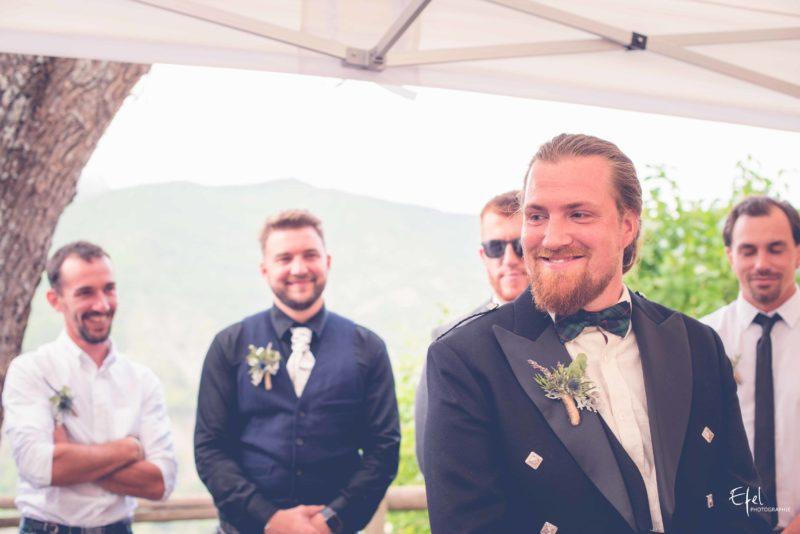 Marié heureux pendant la cérémonie laïque mariage embrun