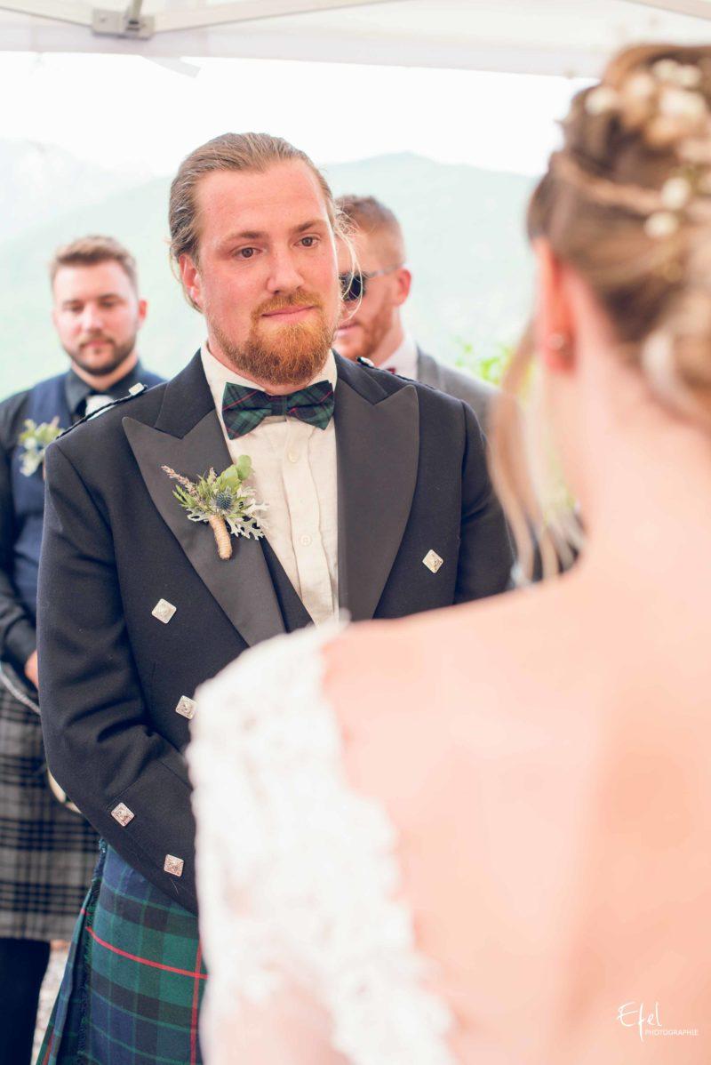 Emotions pour le marié lors de la cérémonie laïque mariage gap