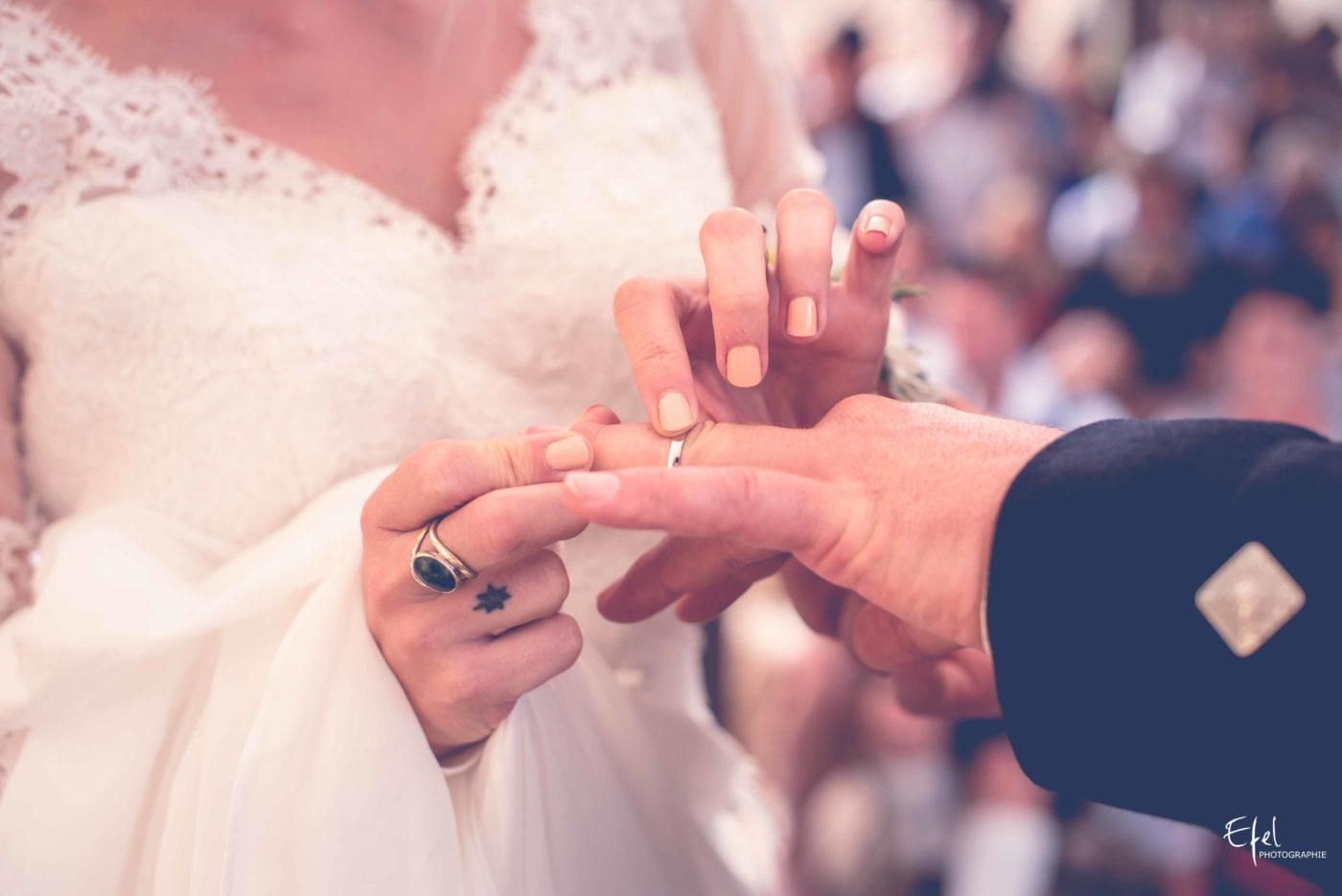 L'échange des alliances, la mariée met la bague au doigt à son époux - photographe mariage hautes alpes et PACA