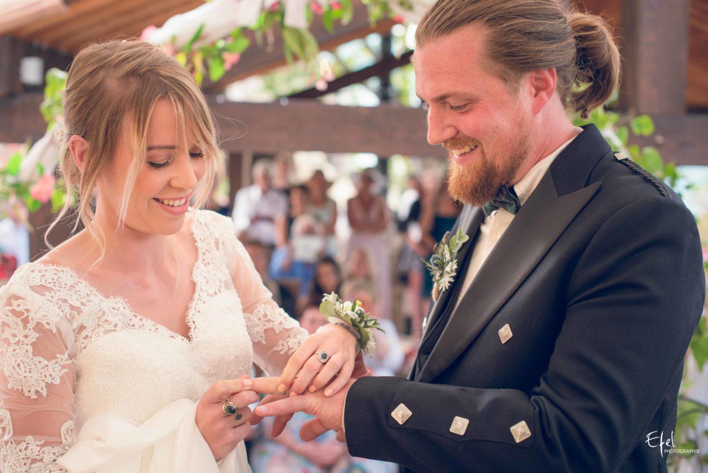 L'échange des alliances, les sourires des époux - mariage gap, mariage hautes alpes, mariage Paca
