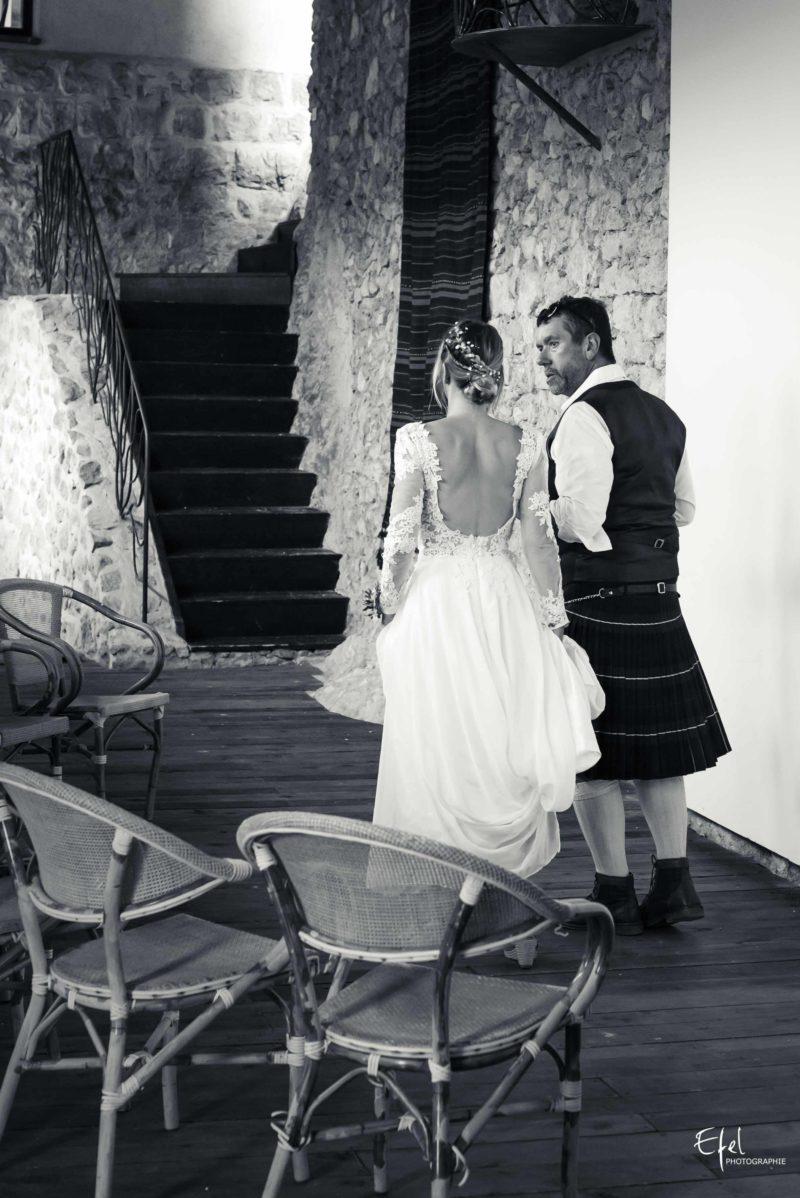 la mariée et son papa avant la cérémonie photographe mariage hautes alpes