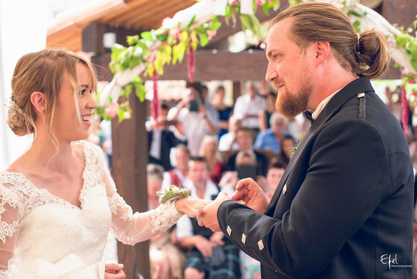 L'échange des alliances, le marié met la bague au doigt de sa femme - mariage gap, mariage alpes maritimes, mariage hautes alpes