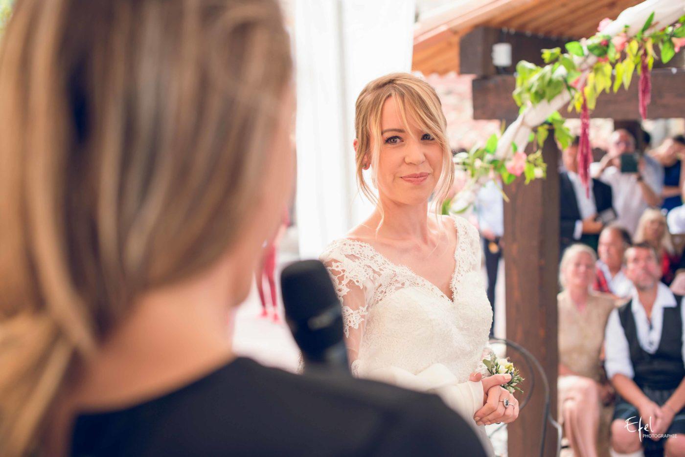 Discours de l'officiant pendant le reportage de mariage laïque - photographe mariage briançon, gap et PACA