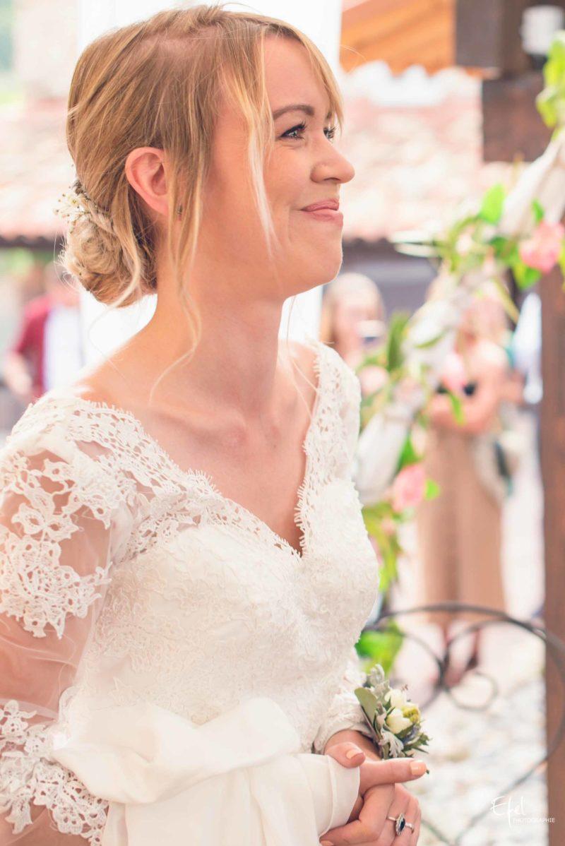 mariée heureuse pendant la cérémonie laïque photographe mariage gap