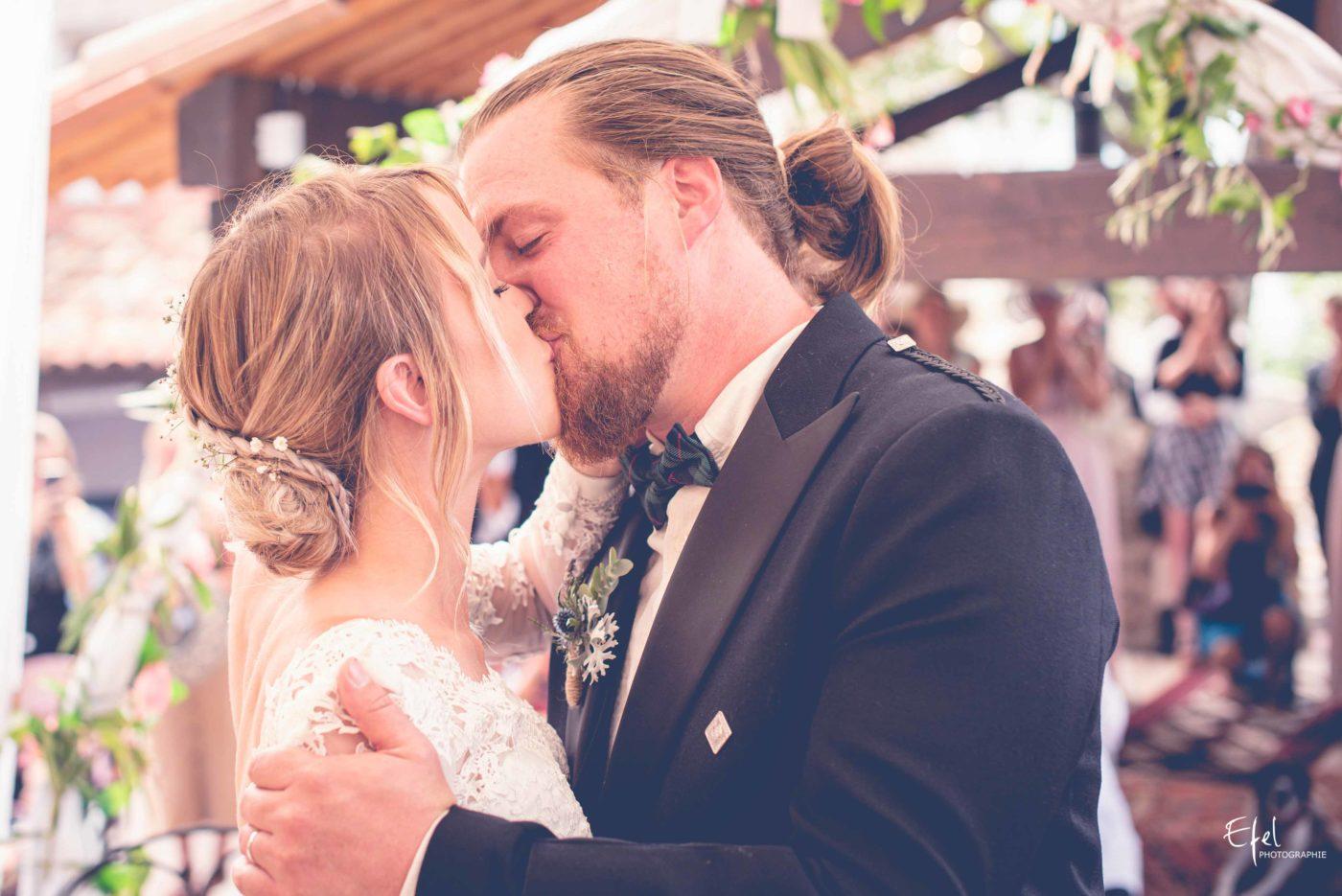 Le baiser des mariés - photographe mariage hautes alpes, photographe mariage alpes maritimes et PACA