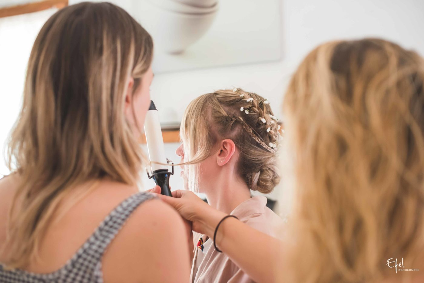 La mariée en train de se faire coiffer - préparatifs de mariage à entrevaux