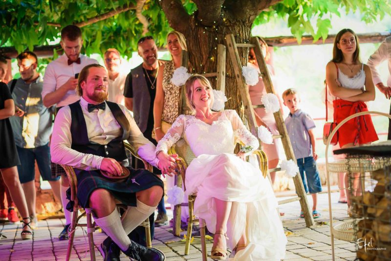 Photos soirée mariage discours de la famille aux mariés- photographe mariage hautes alpes