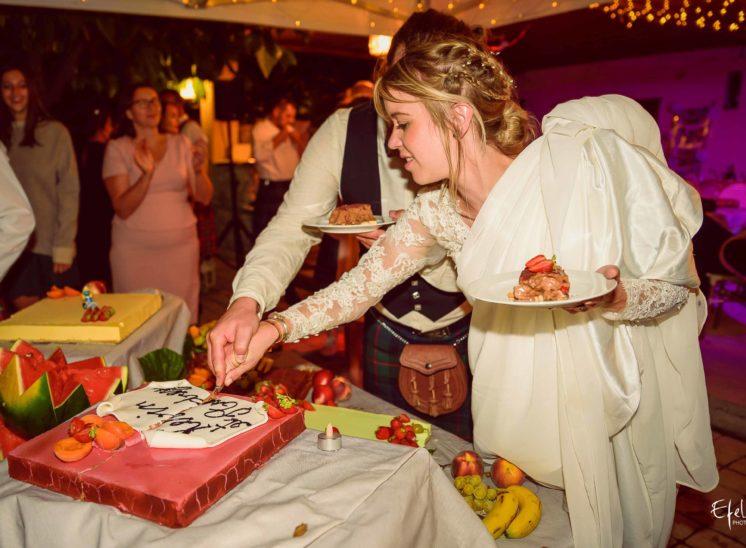 photos soirée mariage la coupe du gâteau mariage briançon