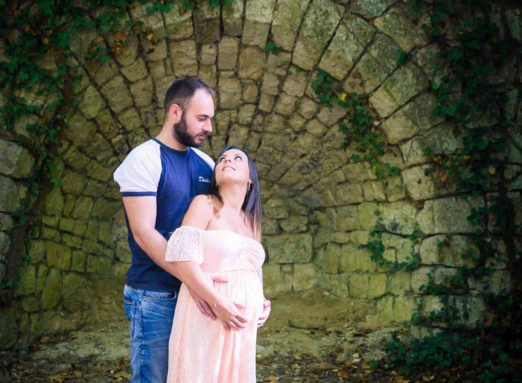 Photographe femme enceinte gap shooting couple en extérieur pour une grossesse