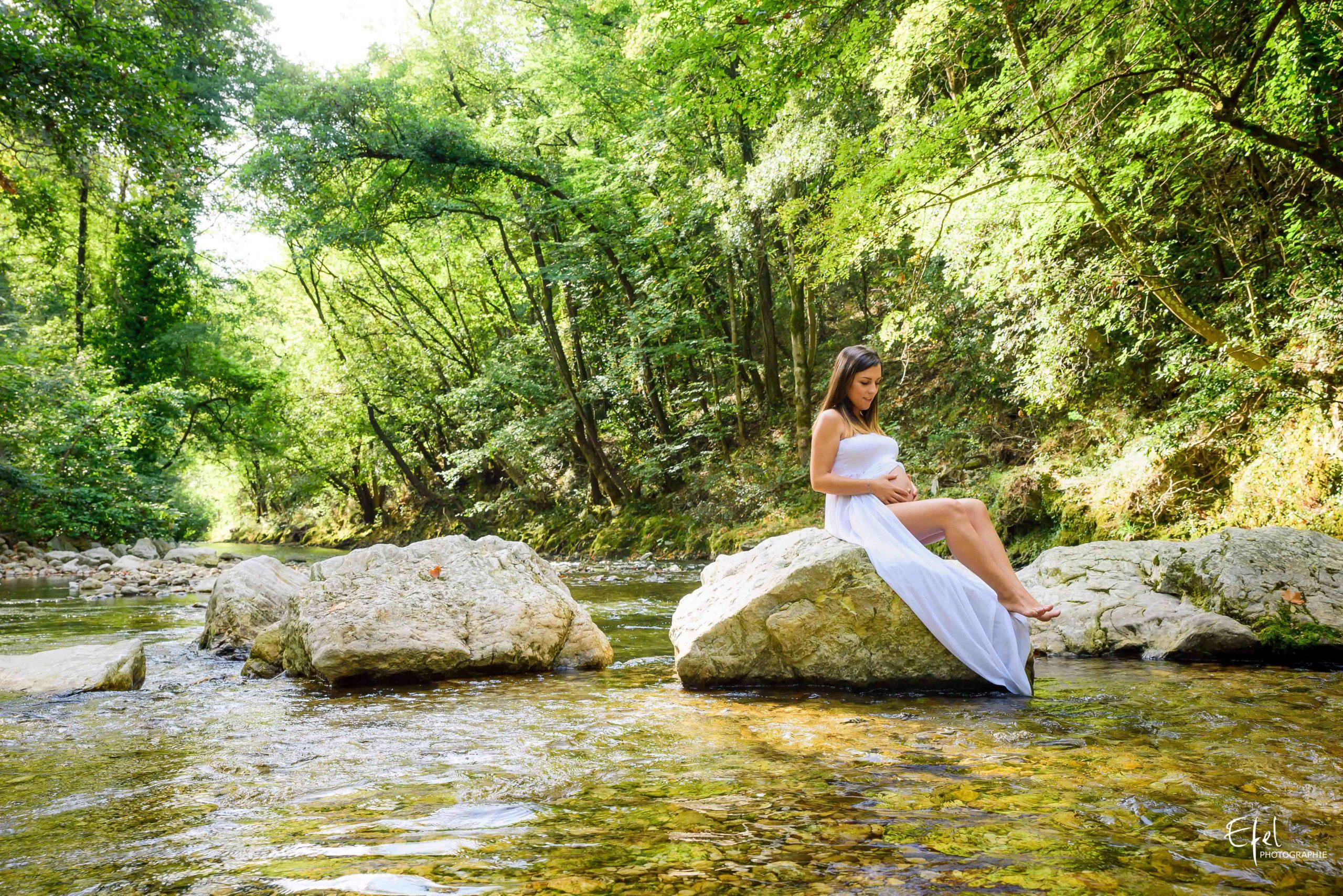 Photographe grossesse embrun shooting femme enceinte en nature près d'une rivière