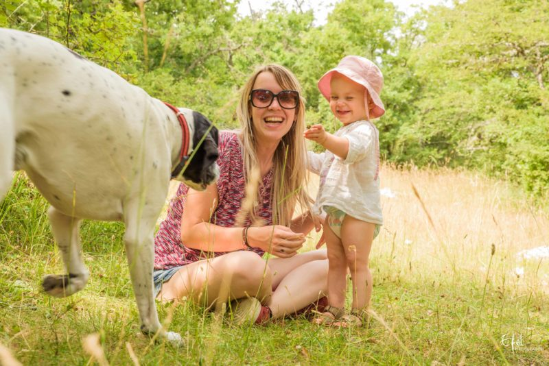 Photos famille avec un chien en nature photographe hautes alpes