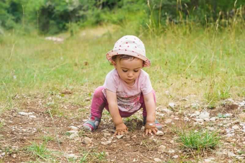 Bébé découvre la nature photographe famille hautes alpes