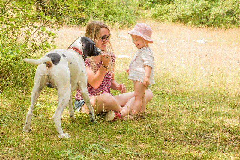 photo famille bébé et chien en pleine nature photographe embrun
