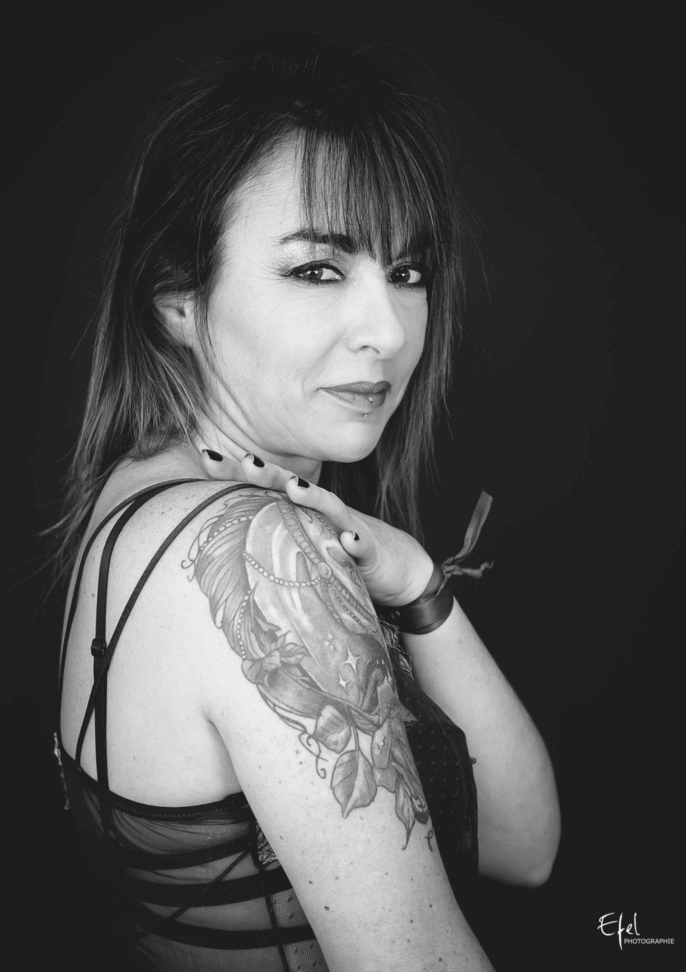 Portrait photo femme en noir et blanc photographe 05