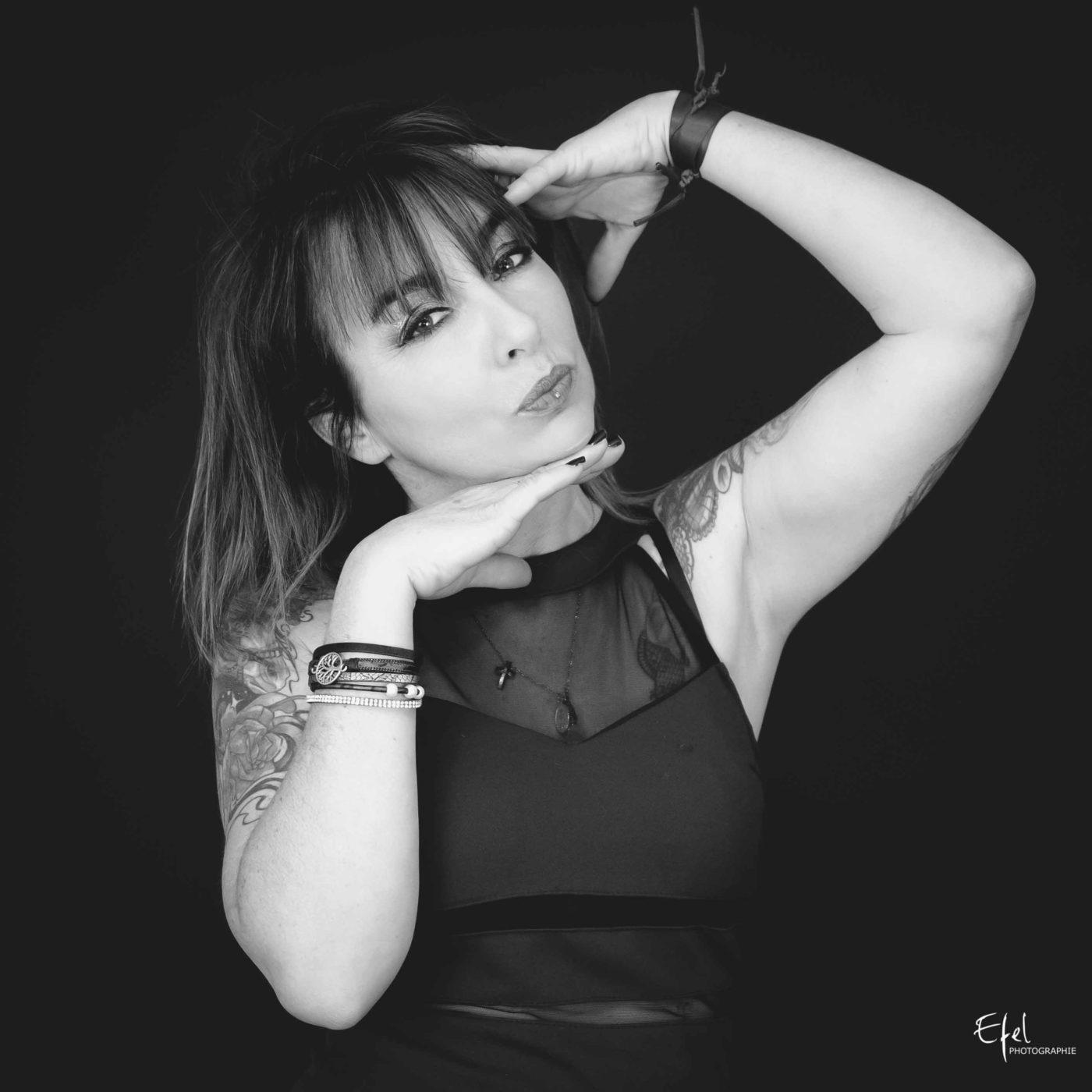 portrait photo femme en noir et blanc photographe Gap