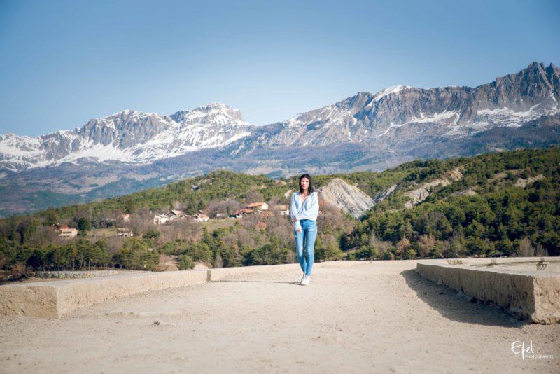 photographe Chorges portrait sur l'aqueduc de chanteloube devant les montages