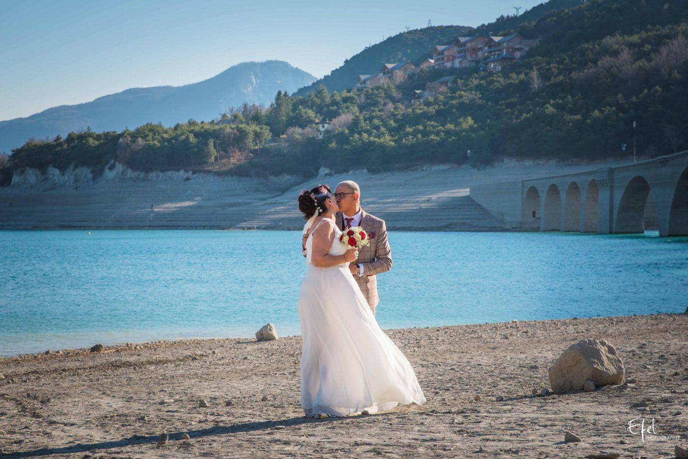 photo couple mariage près du lac de serre ponçon photographe gap