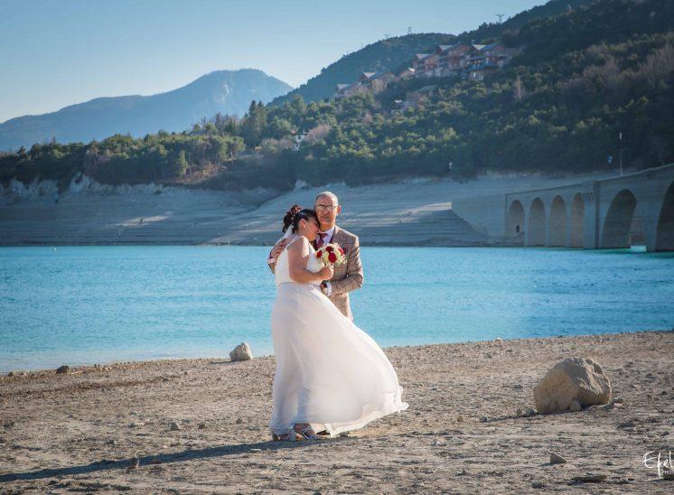 shooting couple mariage en bord de lac photographe hautes alpes