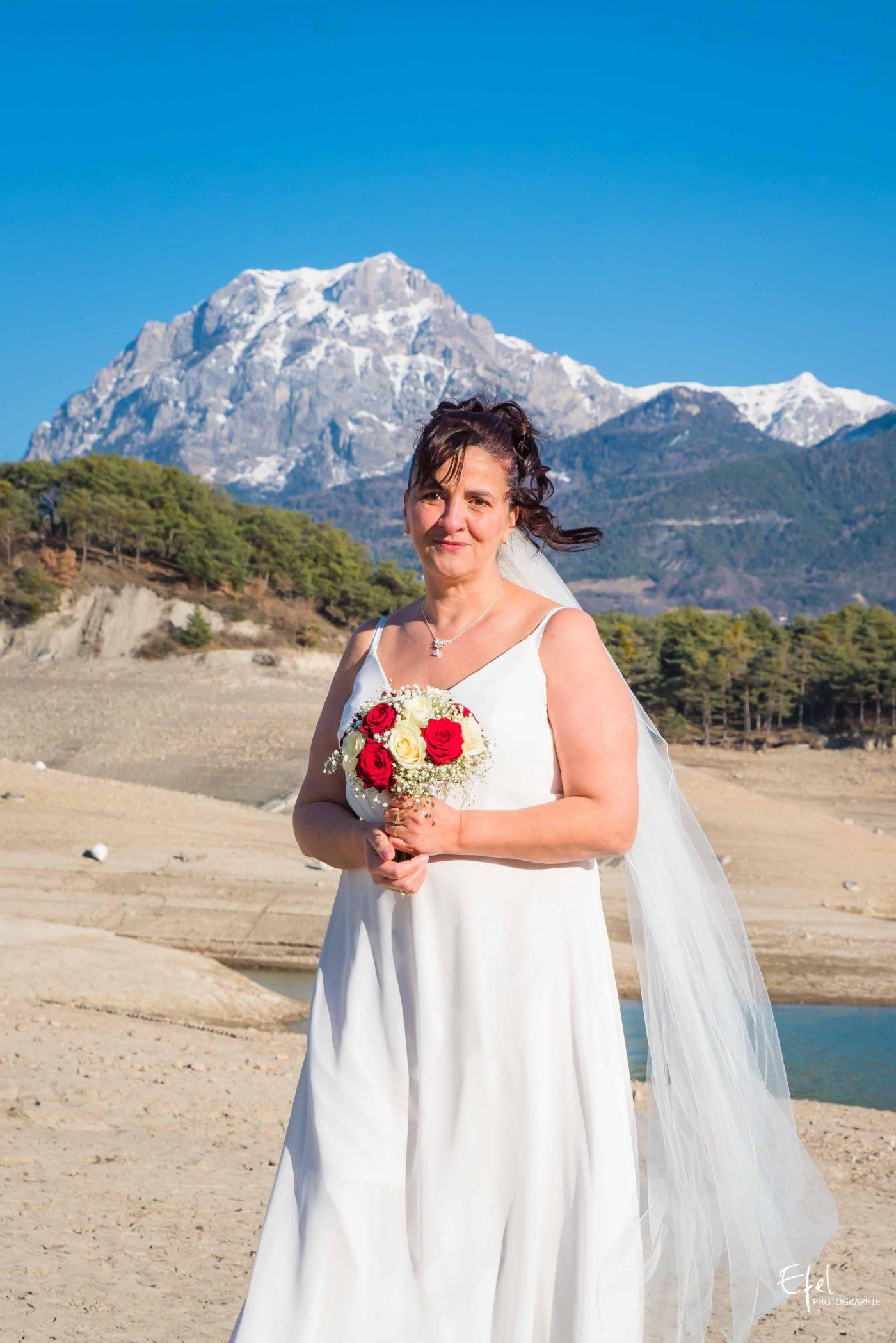 portrait de la mariée en nature photographe hautes alpes
