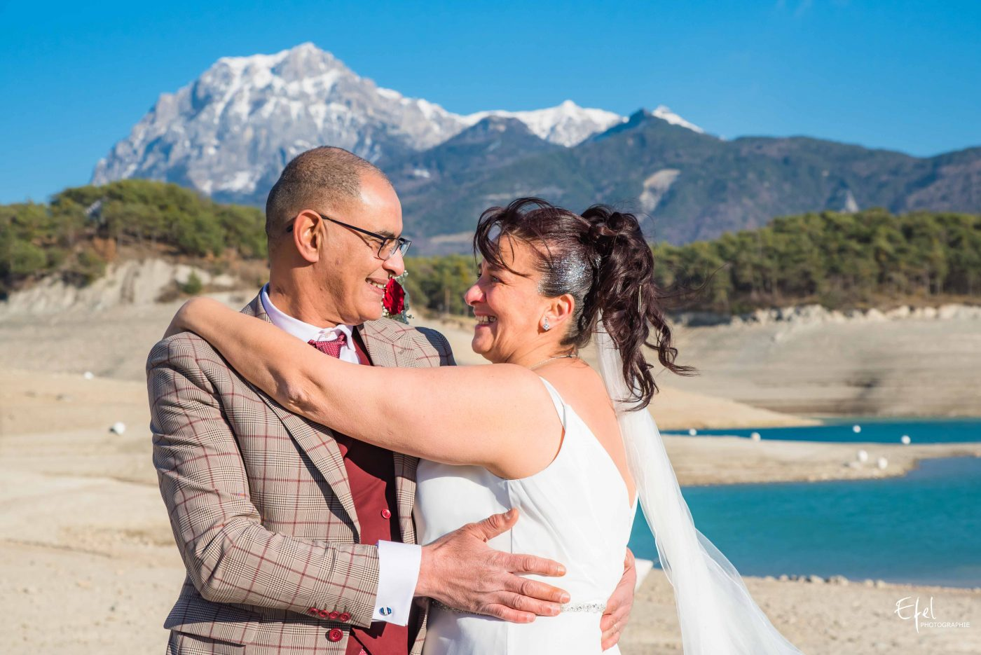 shooting des mariés devant les montagnes photographe gap