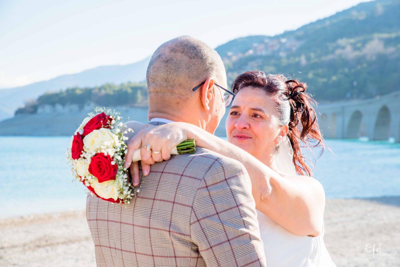 la mariée et le marié regard yeux dans les yeux photographe la batie neuve