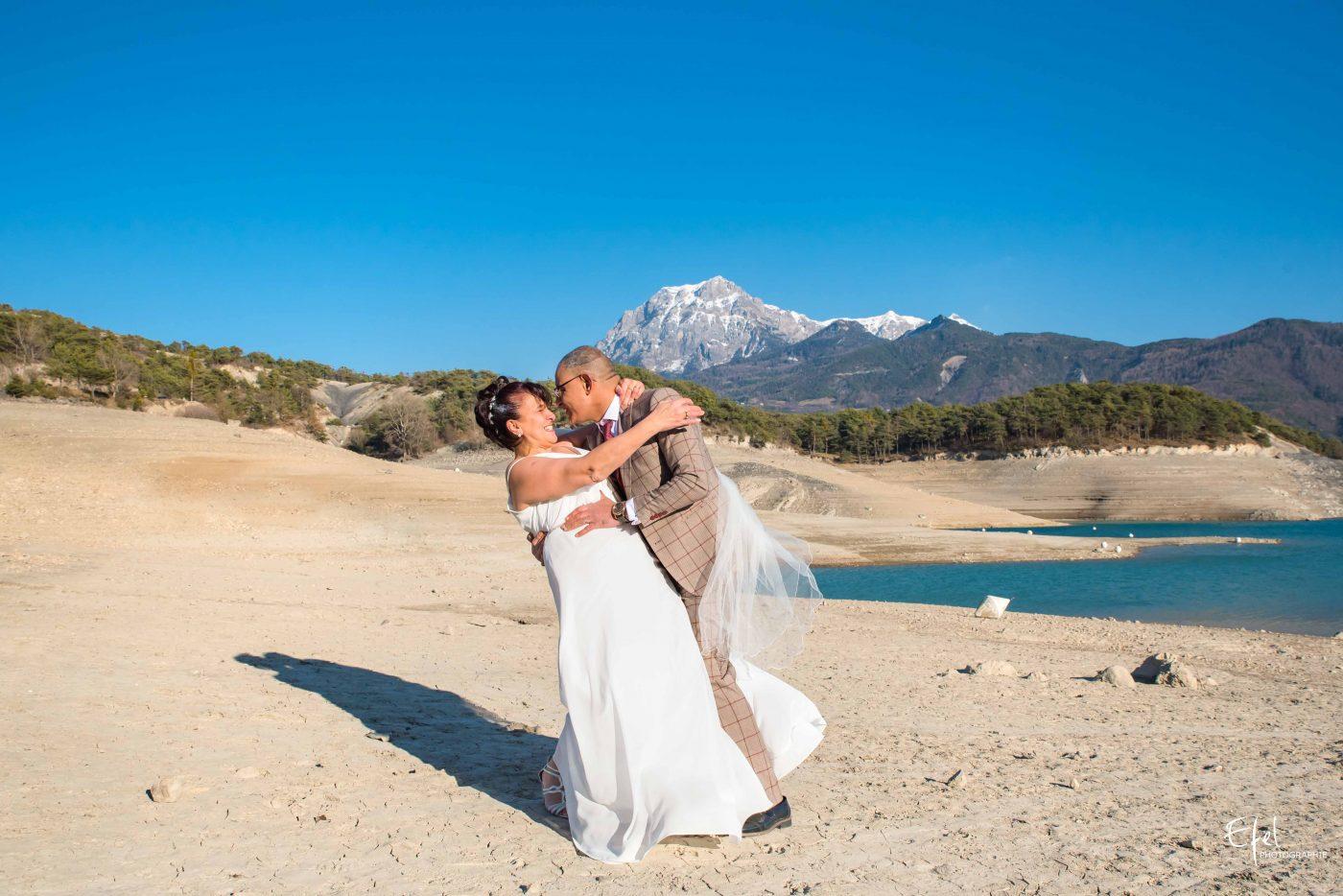 Shooting couple à la baie de chanteloube au lac de serre-ponçon photographe chorges