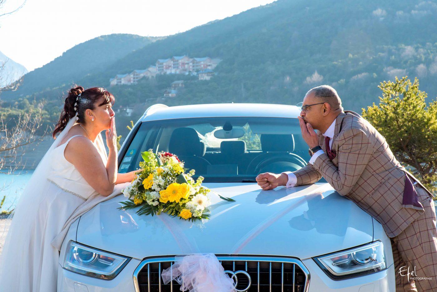 photo mariés et voiture des mariés photographe la batie neuve