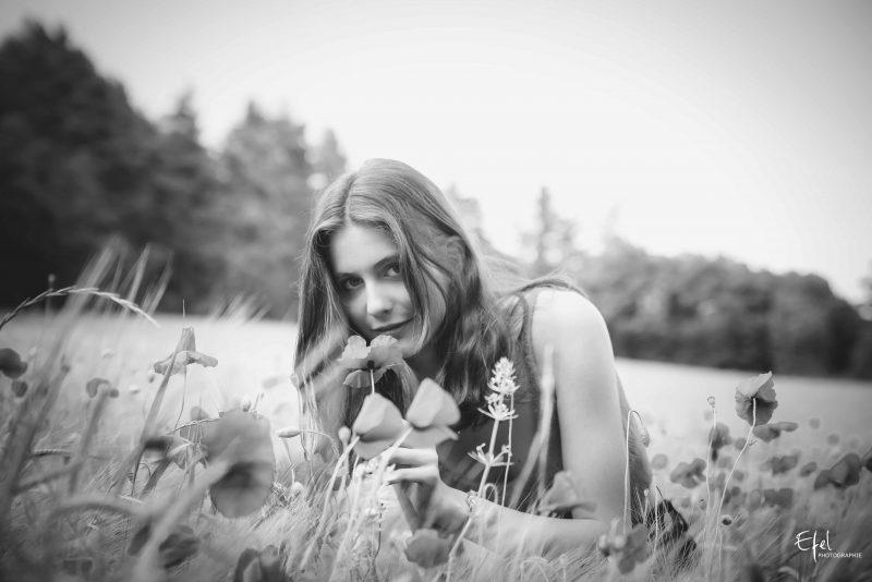 photo noir et blanc portrait jeune femme et fleurs photographe 05