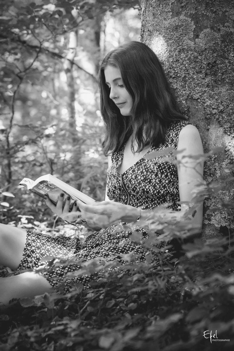 photo noir et blanc jeune femme et son livre photographe gap