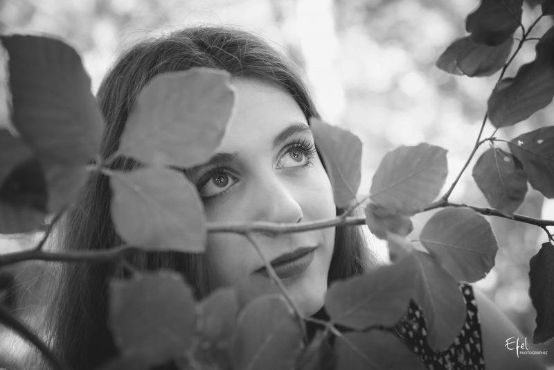 photo regard femme en noir et blanc photographe hautes alpes
